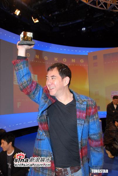 图文:香港特区十周年电影颁奖-黄秋生高举奖杯
