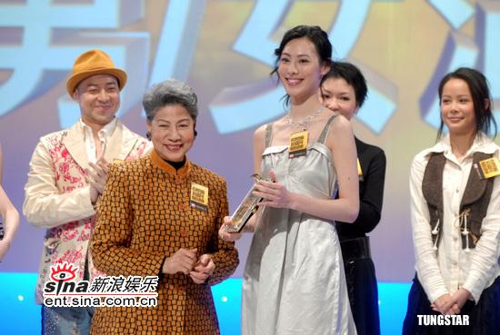 图文:香港特区十周年电影颁奖-罗兰和梁洛施