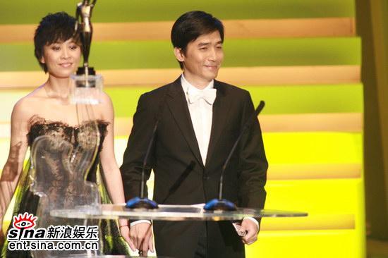 图文:金像奖颁奖现场-梁朝伟与刘嘉玲携手登台