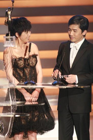 图文:金像奖颁奖现场--梁朝伟刘嘉玲深情对视