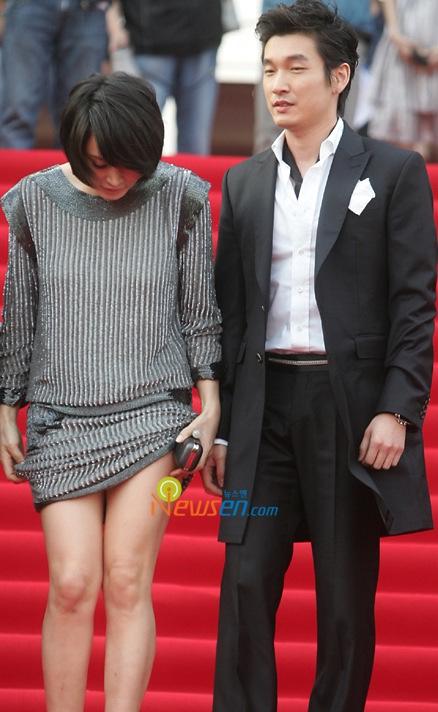 图文:金慧秀撩裙秀美腿《老千》主演曹承佑相伴