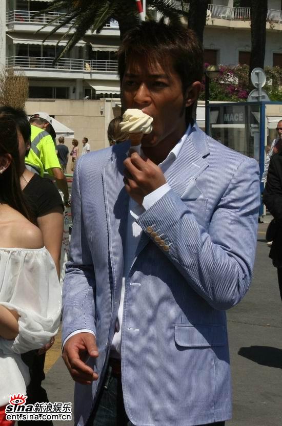 图文:古天乐穿行戛纳浴场--古天乐品尝冰淇淋