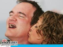 组图:《死亡证据》发布会女星风骚献吻昆汀