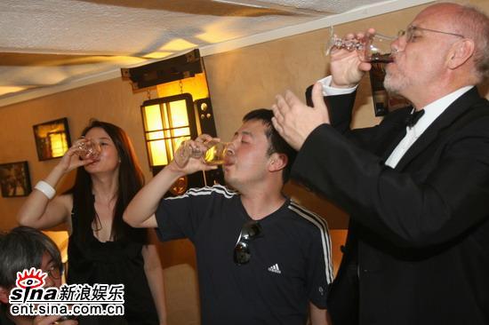 图文:《三峡好人》庆功--一饮而尽