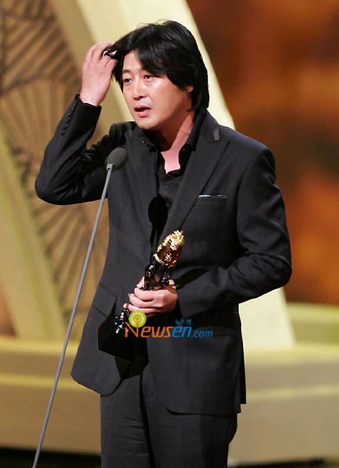 图文:金润锡凭《老千》获最佳男配角上台领奖
