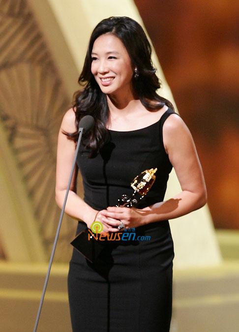 图文:沈惠珍凭《国境的南边》获最佳女配角奖