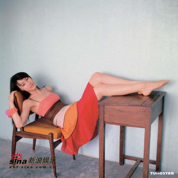 组图:梁洛施拍新专辑封面照展示修长美腿