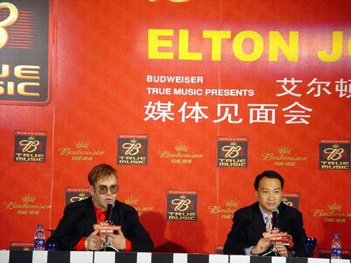 图文:摇滚界传奇人物艾尔顿-约翰上海见面会(6)