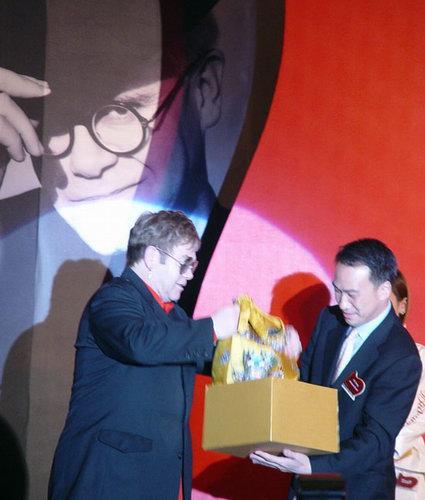 图文:摇滚界传奇人物艾尔顿-约翰上海见面会(7)