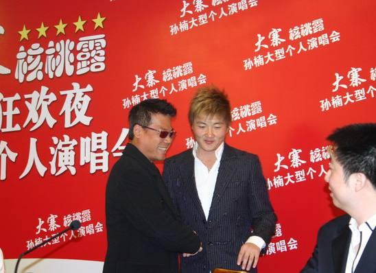 图文:孙楠不惧竞争北京开唱(10)