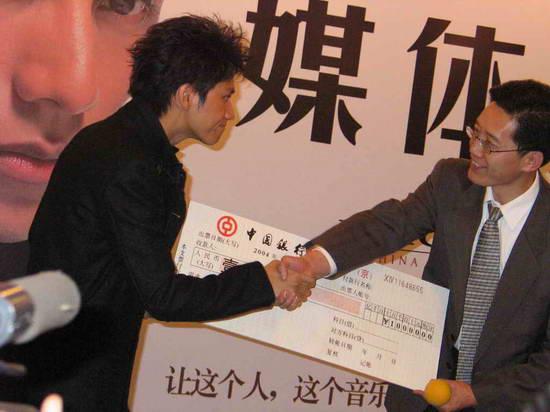 资料图片:陈坤2004全新大碟《渗透》发布会(12)