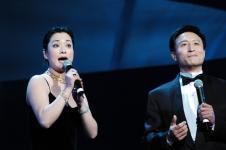组图:毛阿敏产后首次公开献歌穿黑色吊带裙亮相