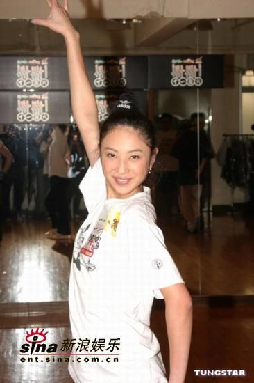 组图:郑希怡为音乐会彩排跳舞跳到脚起水泡
