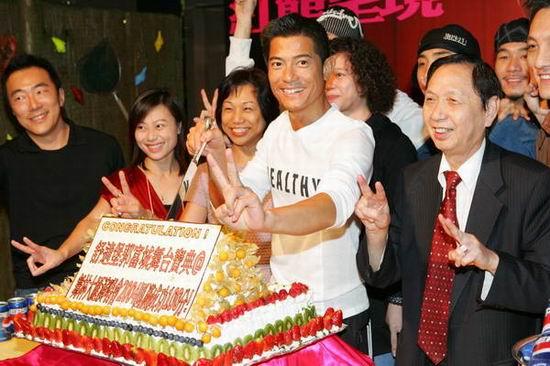视频:郭富城个唱庆功宴切蛋糕场面热闹非凡
