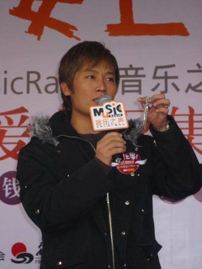 阿木参加义卖活动音乐之声吸引众多歌手(附图)