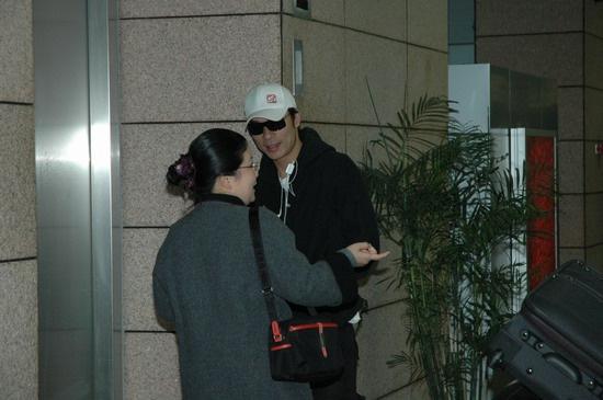 组图:2004MTV超级盛典今举行许志安抵达机场