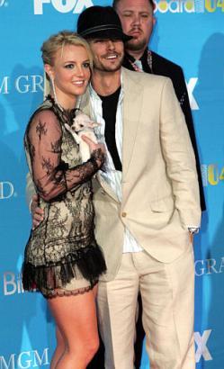 组图:布兰妮携丈夫凯文婚后首次正式亮相颁奖礼