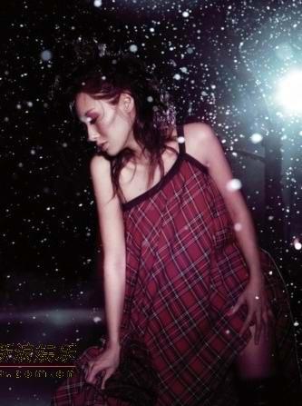 图文:朱茵拍摄唱片封面多款冬季造型曝光(3)