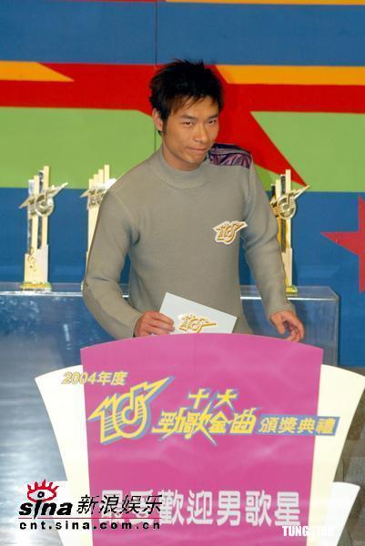 图文:刘德华、李克勤等亮相劲歌金曲节目(3)