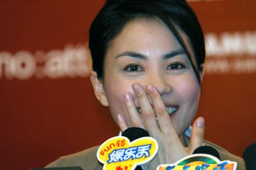 组图:王菲广州宣传个唱提到李亚鹏故意装傻