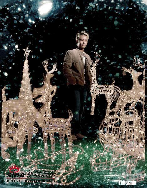 组图:李克勤新专辑封面玩唯美走进圣诞玻璃球