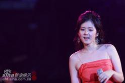 组图:张娜拉演唱会开唱郭德纲何润东做嘉宾