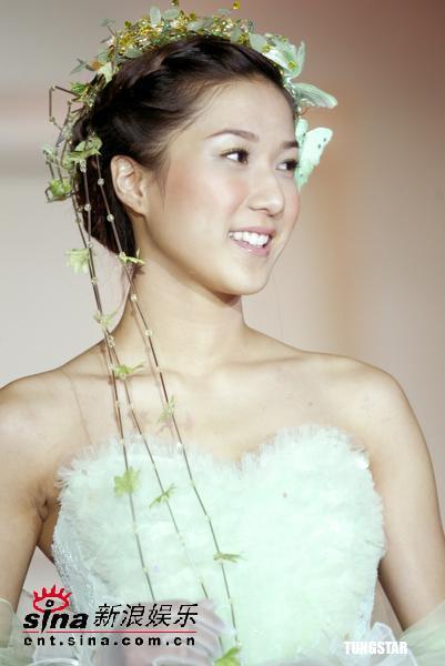 图文:钟嘉欣展示最新款性感露背装婚纱装(13)