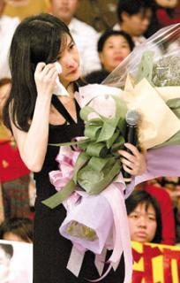 周慧敏否认结婚忆往事心翻腾哭成泪人(附图)