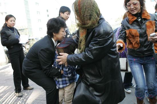 图文:高峰今做亲子鉴定王纳文与儿子亮相(13)