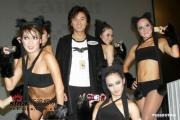 组图:郑伊健代言数码相机与性感猫女郎跳辣身舞
