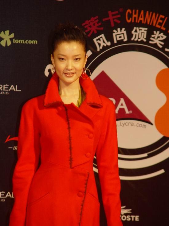 图文:林志玲何润东吕燕等明星陆续踏上红地毯(9)