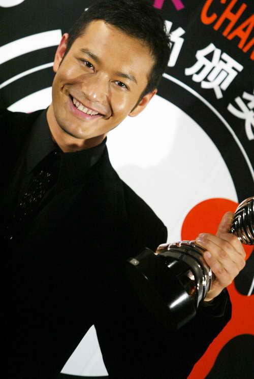 图文:2004莱卡风尚颁奖大典现场-黄晓明