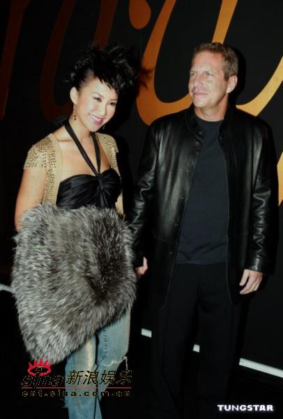 组图:李玟黑色低胸装抢镜携外籍男友出席派对