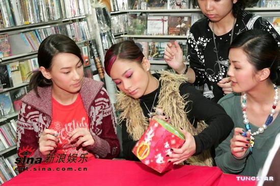 图文:Twins、Boy'z签名会引热情歌迷围观(3)