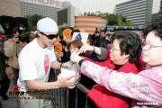 组图:成龙等鼓励众人捐款送白玫瑰念海啸灾民