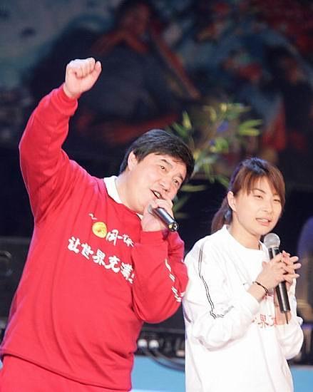 图文:王义夫出席赈灾义演群星献出爱心