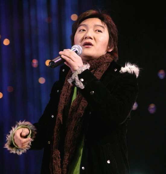 图文:网络歌手杨臣刚颁奖礼上唱起《老鼠爱大米》