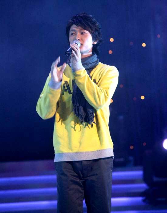 图文:网络歌手东来东往颁奖典礼现场献唱