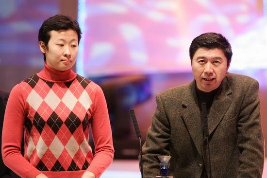 图文:女排领队李全强和队长冯坤到场领奖