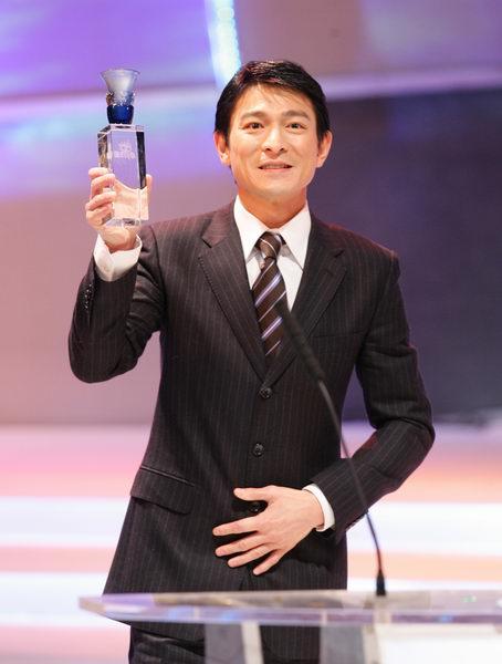 组图:刘德华激动拿到网络大奖感谢网民支持
