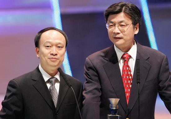 图文:刘北宪、向熹颁发最受欢迎男演员奖