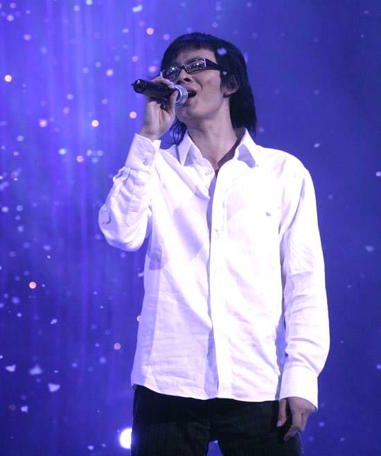 图文:网络歌手唐磊现场演唱《丁香花》