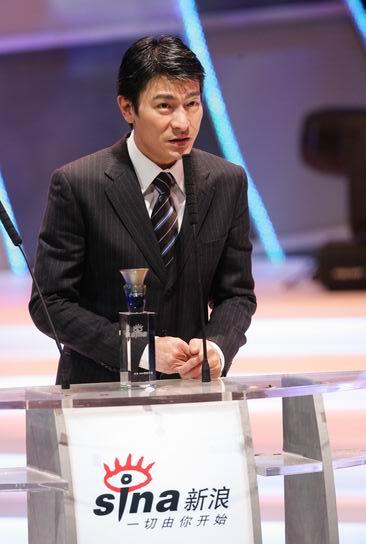 图文:刘德华上台领取最受欢迎男演员奖并致辞