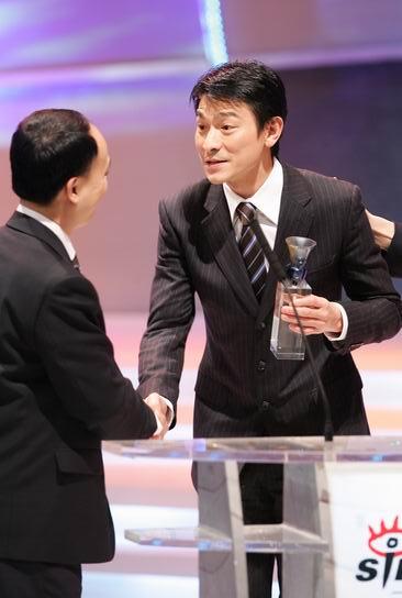 图文:《南方周末》副总编辑向熹为刘德华颁奖