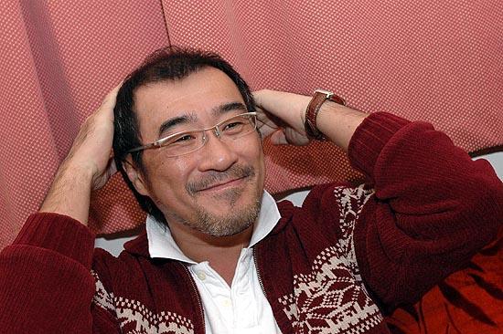图文:李宗盛颁奖后笑对媒体提问