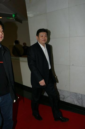 图文:年度感动艺人奖获得者傅彪在后台