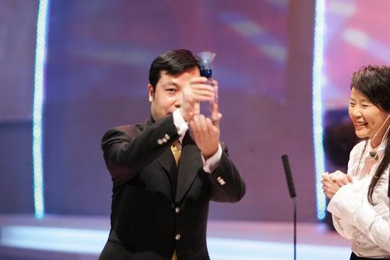 图文:三亚副市长张琦领取最具度假吸引力城市