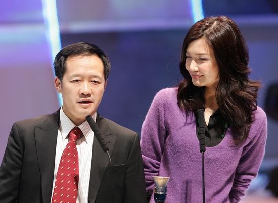 图文:刘江先生和名模姜培琳颁发新锐导演奖