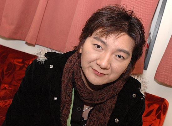 图文:网络歌手杨臣刚笑对媒体