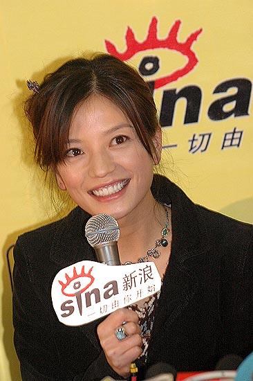 图文:赵薇开心接受全国媒体的访问